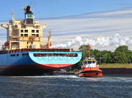 Rebocador Rebocando Navio
