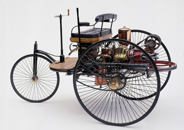 Automóvel Antigo com Motor à Combustão