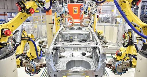 Fábrica Moderna de Automóveis com Uso de Robôs